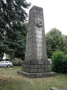 spomenik-iz-prvog-rata-pretvoren-u-obelisk-marksu